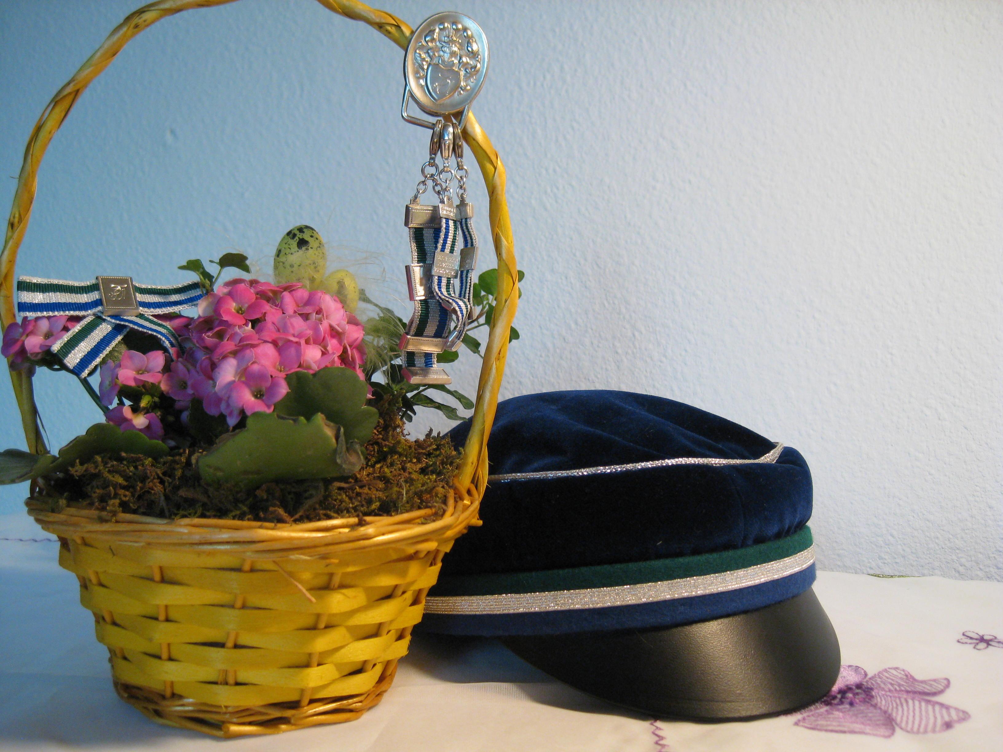 Mütze und Zipfel blumig in Szene gesetzt